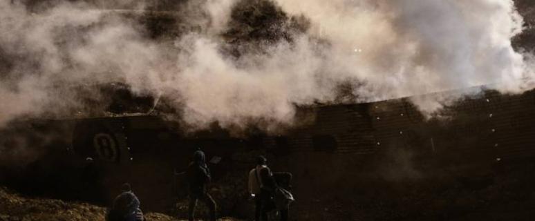 สหรัฐยิงแก๊สน้ำตาควบคุมสถานการณ์ตามแนวพรมแดน